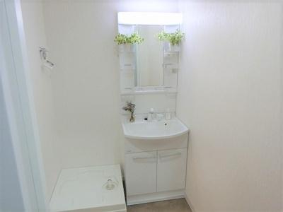 【現地写真】 ホワイトカラーでコーディネートした洗面室は明るく清潔感のある空間に♪