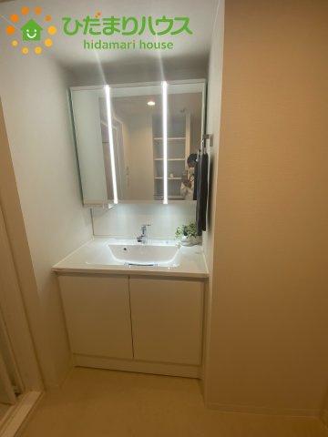 三面鏡の大きな鏡は憧れます(^^♪鏡の後ろは収納となっていて、細かいものでも収納できるのスッキリと整理できます!