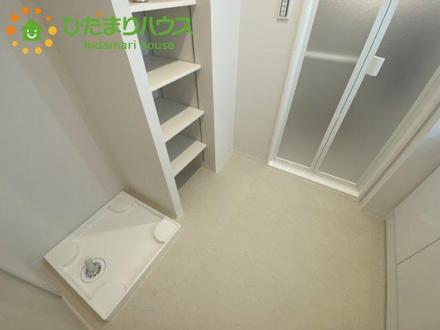 室内洗濯機場! 洗面所に収納スペースがあるので、タオルやストックをおきやすい