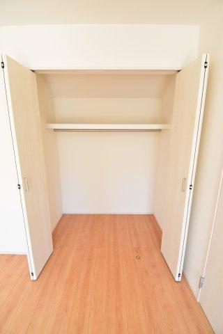 各居室に収納を完備。ハンガーパイプ付きでとっても使いやすいですよ。お部屋の空間を最大限活用できます。