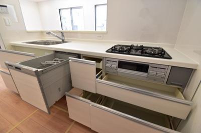 食洗機付きのキッチンは、奥様の強い味方です。収納力もありますので、キッチン回りをスッキリできます。