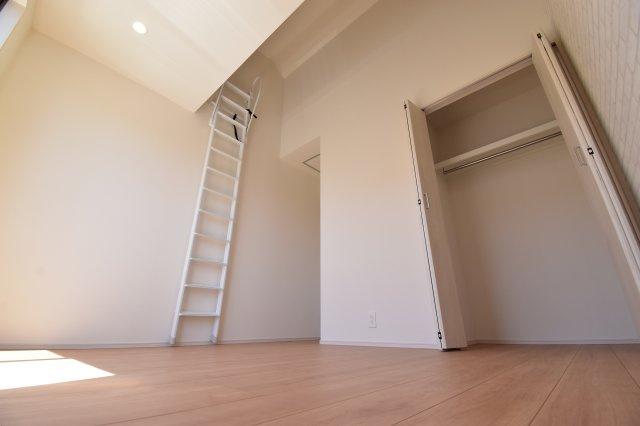 ロフト付きの洋室は収納力も高く、更に天井が高いので空間の広さを感じさせてくれます。