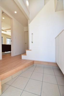 吹き抜けを造り、解放感を演出した玄関ホールは気分が上がります。来客時も自慢できる空間ですよ。
