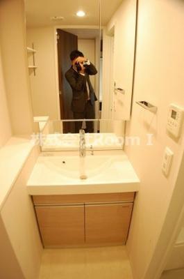 独立洗面台、小物を置くことができて便利です 反転