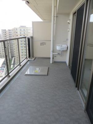 【現地写真】 深呼吸をしたくなる気持ちの良い眺望はこのお部屋の自慢です。もちろんお洗濯物を干すスペースとしても十分な広さがあります♪
