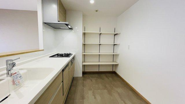 キッチン横に収納があるので、食品ストックやキッチン用品をスッキリ収納できますよ!
