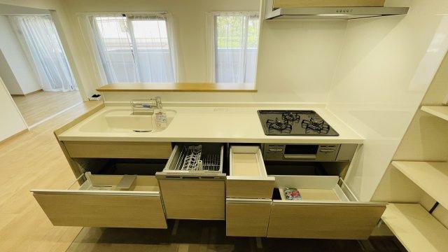 システムキッチンも大容量の収納付きです♪
