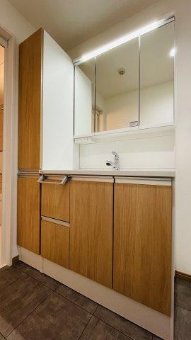 三面鏡の洗面台♪収納も充実していてお掃除小物の置き場に困りません♪