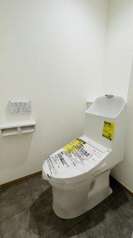 ウォシュレット付きの新品トイレに配管含め交換済みです♪