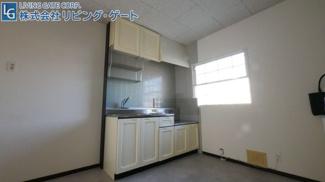 キッチンも白を基調としているので清潔感がありますね。窓もあるので換気もばっちりです。
