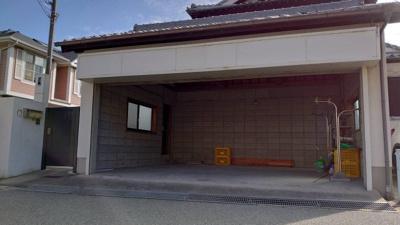 電動シャッター付きのガレージ2台分、外に2台駐車可能です