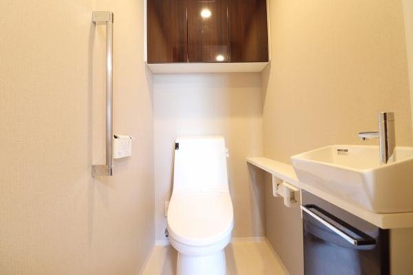 ゆったりとした空間設計のトイレには手洗いカウンターが付いています。