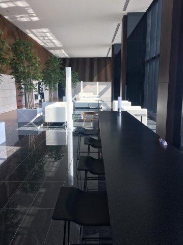 【スカイラウンジ】44階建ての42階部分。大阪1といっていいほど豪華な作りのスカイラウンジ!広さはも異論、景色は文句なしです!WI-FIも完備しているので自宅でデスクワーク可能◎