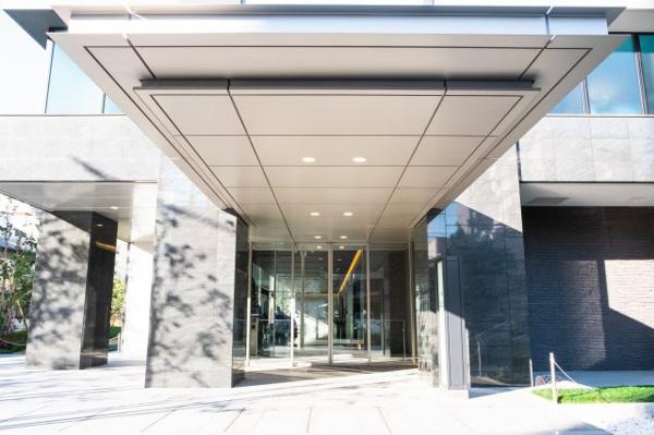 【メイン出入り口外観】ホテルライクなマンションメイン玄関です!
