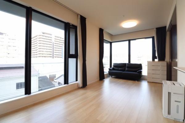 天井高2.6m、シティタワーならではのダイレクトスカイビューサッシがお部屋の開放感を演出します。