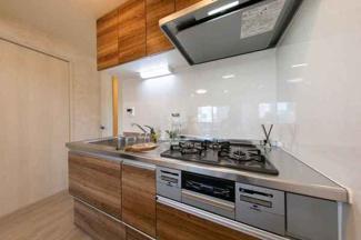 キッチンも新調されています。 3口コンロでお料理もはかどりそうですよね。
