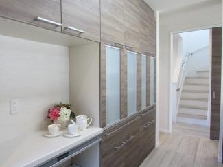 キッチン収納は扉キャッチ構造なので、地震などの揺れを感知すると扉が自動的にロックされる安心設計です。