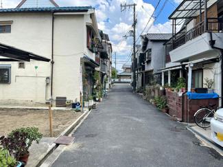 前面道路の幅員は約4mです。小学校・中学校まで徒歩7分の近さ!商業施設も徒歩圏内にございますので、子育てしやすい住環境です!