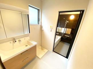 洗面台の水栓は収納式のシャワーホースになっております。洗髪ができる上、お掃除も隅々まできれいにできます!
