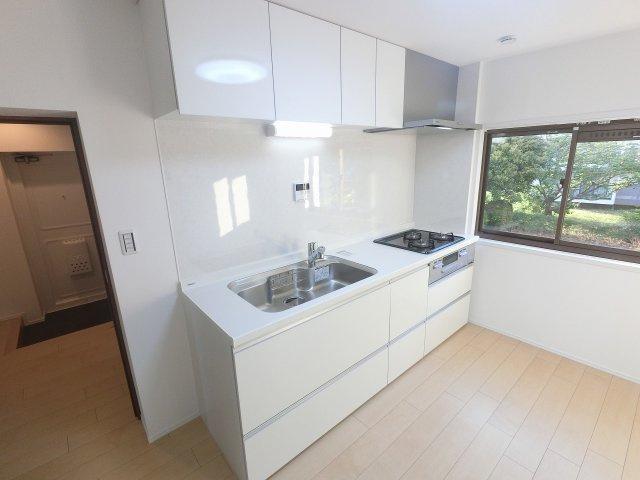 3口ガスコンロのシステムキッチンです。 壁付けタイプのキッチンでお部屋を広くお使います。