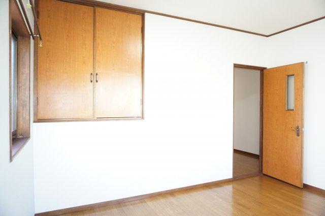 1階の6.5帖洋室はアクセント壁紙がおしゃれな内装です。