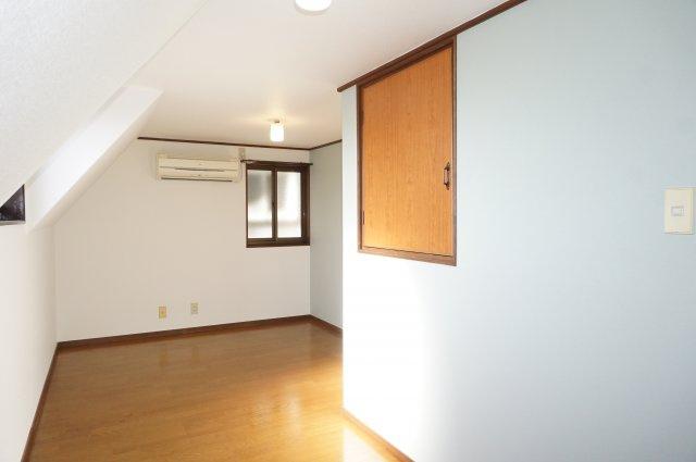 明るく風通しの良い7帖洋室は、アクセント壁紙がおしゃれな内装です。