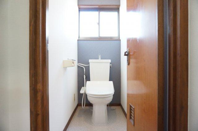 2階トイレは換気ラクラクの窓付きです。