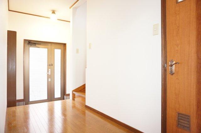 幅広の1階廊下はゆったりして風格があります。
