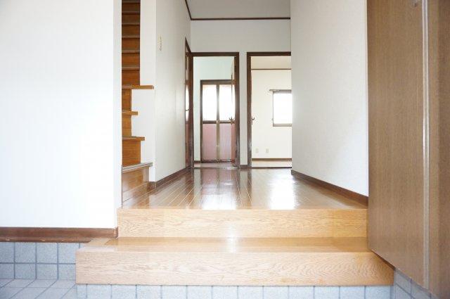 ワイドなゆったり玄関スペースはとても明るく使い易いです。
