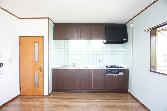 窓付きの開放的なキッチンで換気ラクラクです。