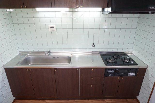 シンクも作業スペースも広々使いやすいシステムキッチンです。
