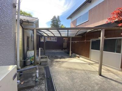 平成17年新築の建物と平屋の離れ、2階建て倉庫(車の駐車不可)。