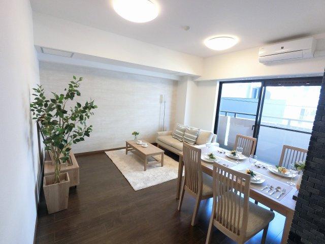 11.1帖のリビングはバルコニーに面しており採光・風通し◎ ダイニングテーブルやソファー、ローテーブルなどの家具もしっかりと配置できます。