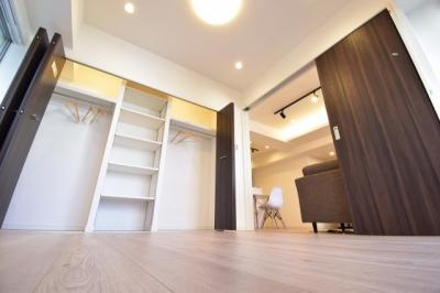 リビング横の洋室は約5.4帖。写真だと実際の感覚や広さは違います。実際に現地でご確認ください。