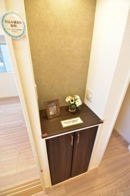 電話機や無線LAN機器等を置けるカウンター。リノベーションで住みやすい室内に生まれ変わりました。