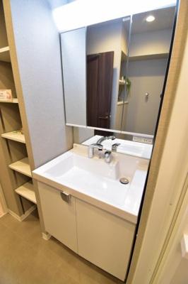 お掃除のし易いフチなし洗面ボウル。使い易さ・デザイン性を重要視した3面鏡付き独立洗面台。