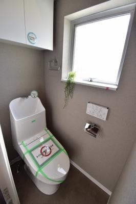 白を基調とした清潔感のあるトイレ、毎日使う場所だからお手入れのしやすいタンク一体式を選びました。