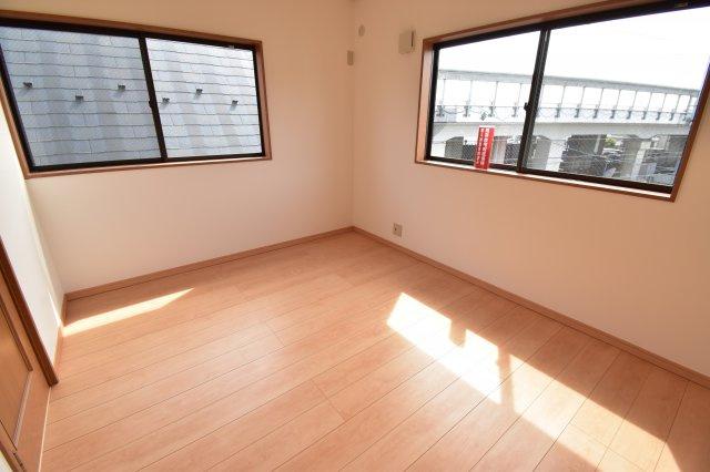 3階部分の約6帖の洋室。暖かな日差しが差し込み明るい空間に。