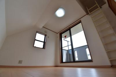 3階部分の約5.2帖の洋室。各居室収納完備でお部屋もスッキリまとまります。