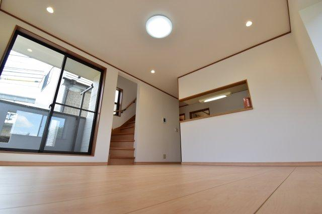 2階に配置されたリビングは外からの目線が気にならないプライベート空間に。陽当たり開放感も良好です。