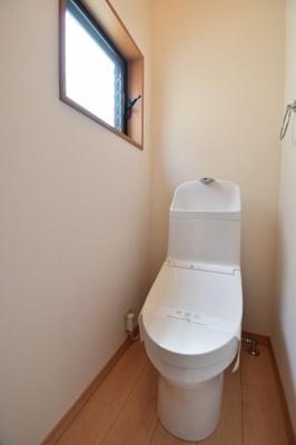 白を基調とした清潔感のあるトイレは1階と2階に設置。朝のピーク時やお客様の多いご家庭も安心。