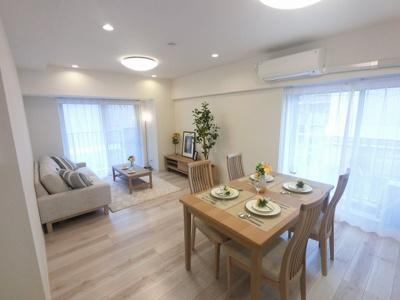 14.4帖のリビングは2面バルコニーにつき日当たり・風通し◎ ダイニングテーブルやソファー、ローテーブルなどの家具もしっかりと配置できます。