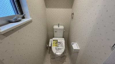 窓付きトイレ!壁がかわいいポイントです★