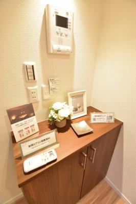 電話機や無線LAN機器を置けるカウンターを設置。新規リノベーションでより住みやすい室内に。