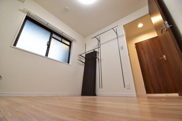 約4.5帖の洋室。各居室収納完備でお部屋を有効的にご利用いただけます。