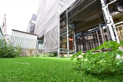 人工芝を敷き詰めた専用庭。お子様のビニールプール等、目線を気にせず楽しめます。