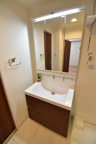 お掃除のし易いフチなし洗面ボウル。使い易さ・利便性を重要視した3面鏡付き独立洗面台。