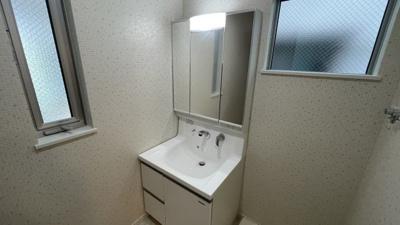 清潔感たっぷりの洗面台はこちらです。