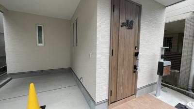 重厚感のある玄関ドアです