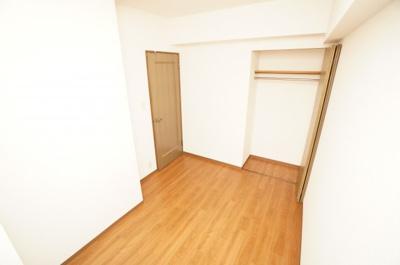 【北西側洋室5.36帖】 居室にはクローゼットを完備し、 自由度の高い家具の配置が叶うシンプルな空間です。 お子様の成長と必要になる子供部屋にするには ぴったりの間取りですね。